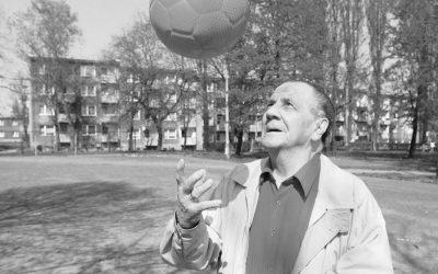 Trener Gerard Cieślik i piłkarscy działacze