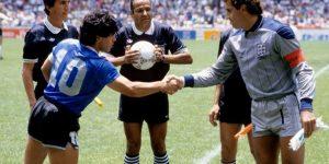 Diego Maradona iPeter Shilton przedmeczem Argentyna-Anglia. Szczególną uwagę przykuwają bardzo krótkie spodenki obu graczy.