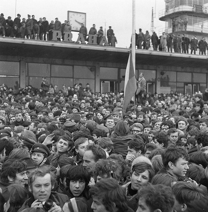Tłumy kibiców witają swoich bohaterów napraskim lotnisku. 31 marca 1969 rok