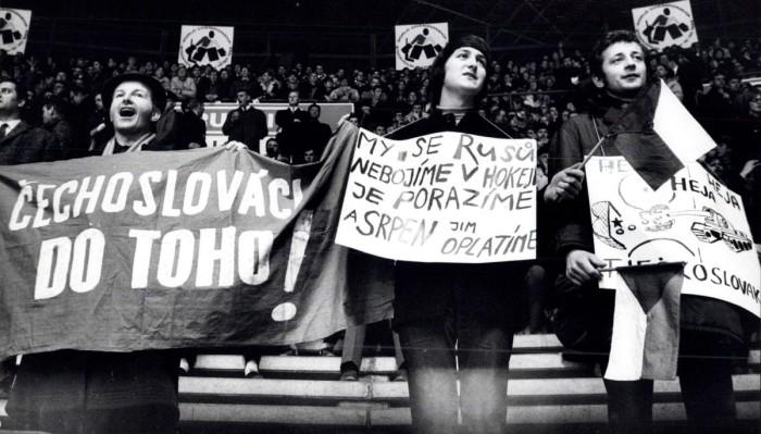Publiczność wobu spotkaniach gorąco wspierała hokeistów zCzechosłowacji. Źródło: https://aeronet.cz/