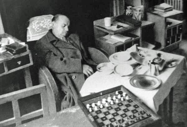 Zwłoki Aleksandra Alechina znalezione whotelu. Rok 1946. źródło: https://en.chessbase.com/