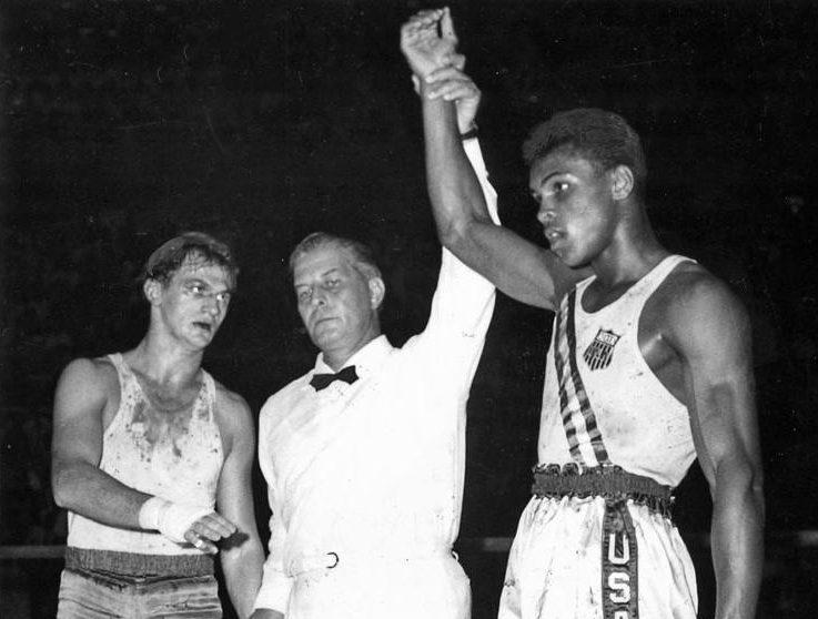 Rok 1960. Zbigniew Pietrzykowski (zlewej) iCassius Clay (zprawej) powalce oolimpijskie złoto.