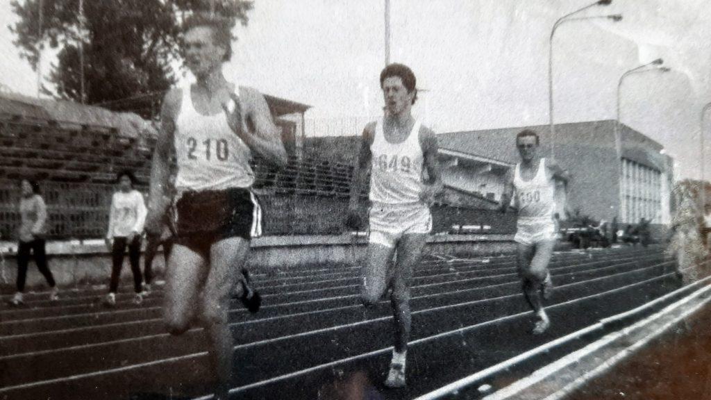 3.1989 rok. Bieg na600 m narekord życiowy. PrzedPiotrem (narazie) biegnie Nowosad, azanim Maciej Tucki.