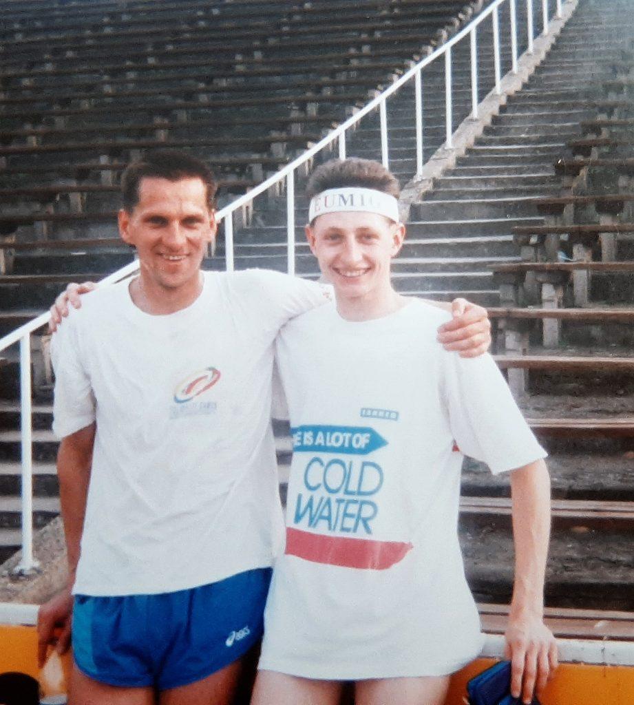 1994 rok - tuż powygraniu biegu na1500m iMistrzostwo Polski seniorów wPile. Obok Piotr Piekarski, multimedalista mistrzostw Polski