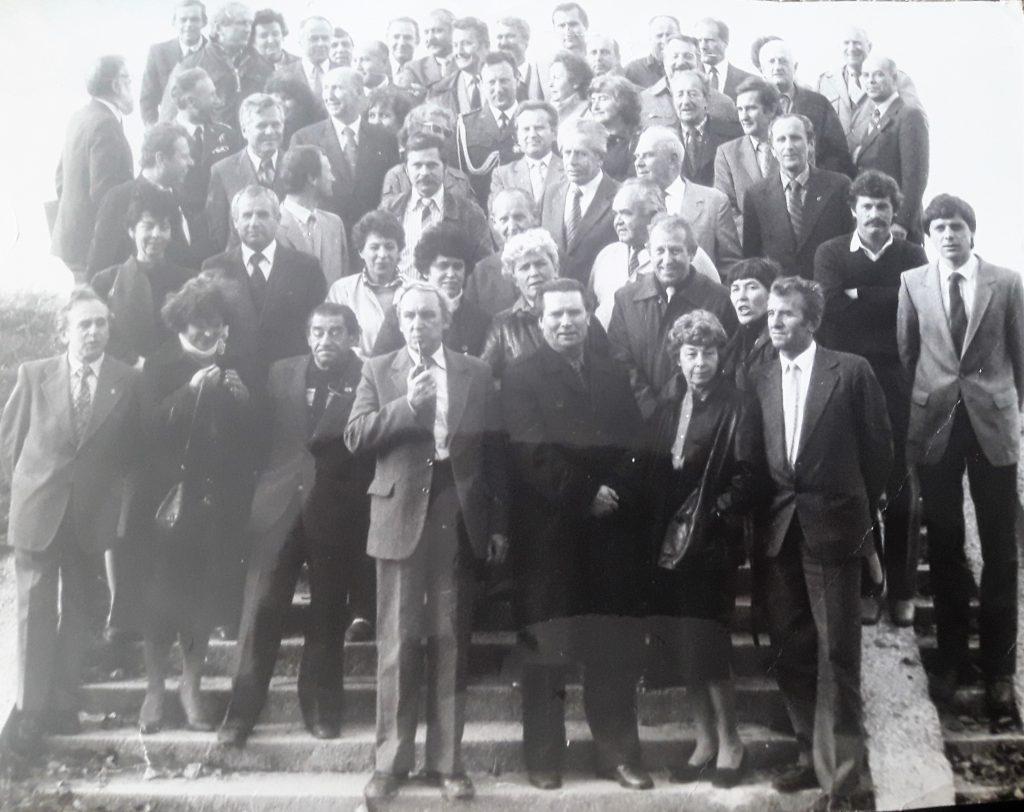 Rok 1984. Kazimierz, spotkanie członków aeroklubu. Wanda Brzyska nadole zprawej strony obok męża